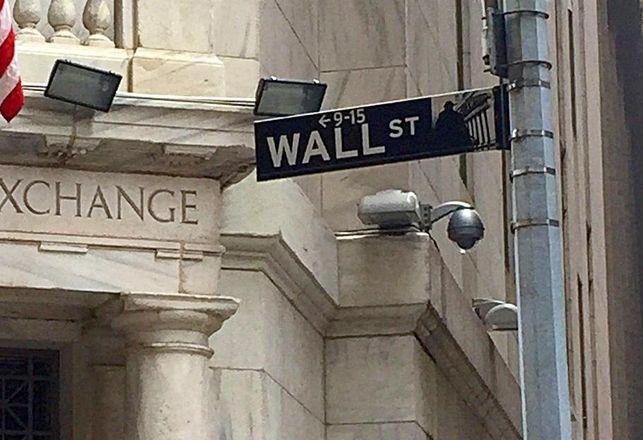 Regulators Propose Rules Targeting Wall Street Bonuses