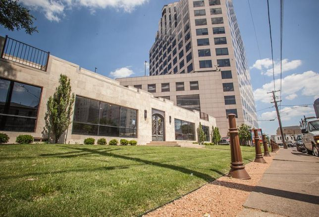 Henley & Henley law firm has purchased an 11k SF boutique office building in Uptown. The Weitzman Group's Matthew Rosenfeld repped the Houston-based seller. Rubicon Representation's Daniel Miller and Alexis Martinez represented the buyer who will move into the property.