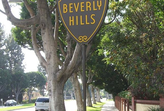 Retailers and hotels in Beverly Hills aim to lure tourists from China with special accommodations.