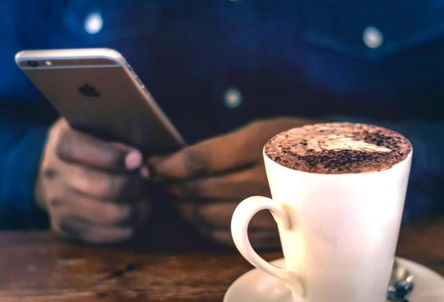 When it comes to holiday shopping, the i's have it: a third of shopping will be done via mobile commerce this season, according to a report from CBRE.