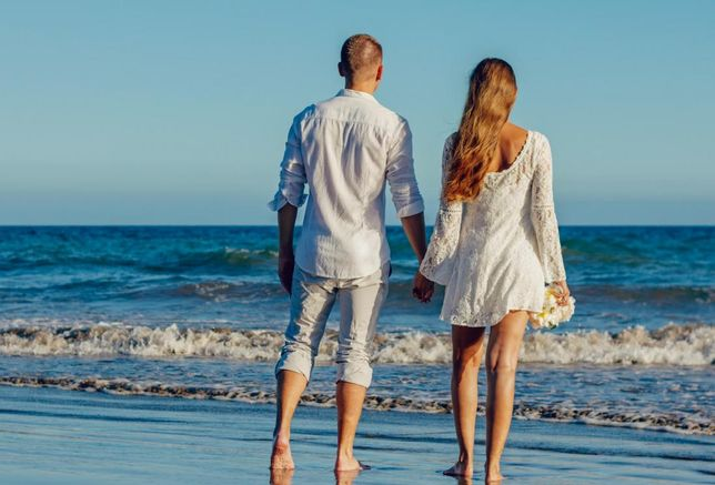 holiday romance beach couple