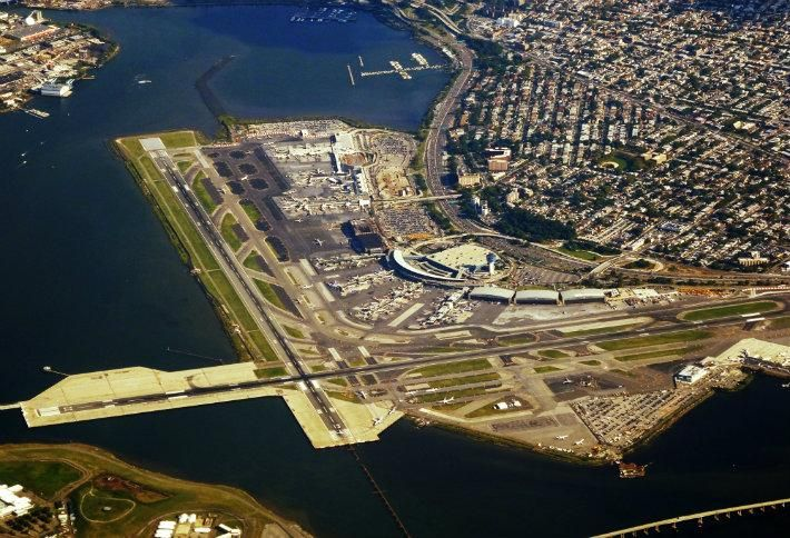 American Airlines received billions in loans for renovate its terminals at La Guardia