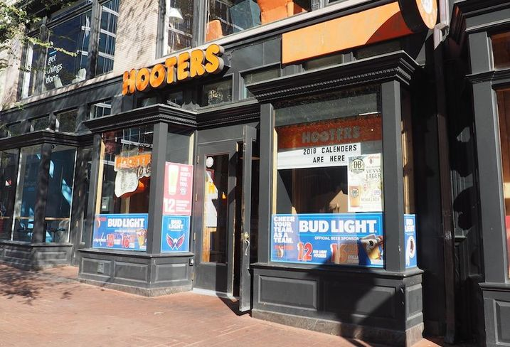Hooters 825 7th St. NW