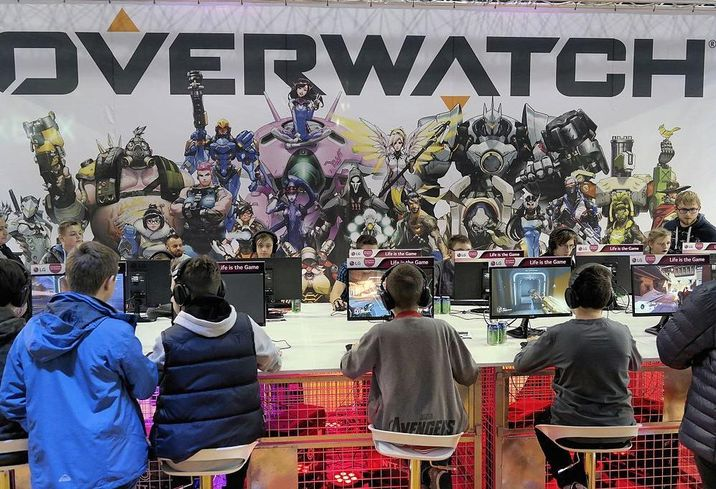 Gamers playing overwatch